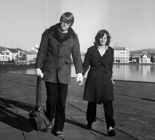 Stefán og Lilja á gangi við Tjörnina í Reykjavík árið 1971/ Kristinn Ben tók myndina