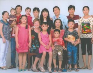 Víetnamska fjölskyldan hennar Lilju. Lilja situr með Sóley