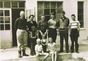 Fjölskylda Valgerðar í Sellandi árið 1956. Hún stendur fyrir miðju á myndinni fyrir framan fullorðna fólkið.