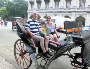Rúnar og kona hans Tamila Gámez Garcell ásamt syni þeirra Vilberg Samúel undirritaður í hestakerru í Havana síðasta sumar.