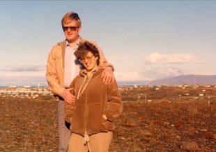 Guðrún og Hersir á lóðinni sinni árið 1976. Byggðin var strjál og lítill gróður
