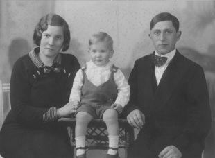 Björgvin 3ja ára með foreldrum sínum, Kristínu Jónsdóttur og Guðmundi M Kristjánssyni