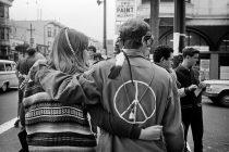 Máluðu LOVE og PEACE á jakka og skólatöskur