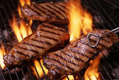 Hvers vegna kviknar í steikinni á grillinu?
